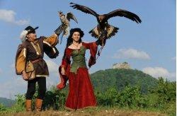 Vanessa Müller mit einem Steinadler und Wolfgang Weller mit einem Gerfalken vor der Burg Hohenneuffen. Foto: StN